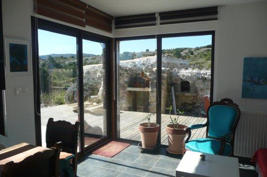 Roquefort-des-Corbieres, France: coin salon devant les baies vitrées