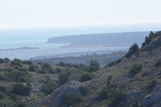Roquefort-des-Corbieres, França: Vue sur la mer: cap Leucate et le village de la Franqui