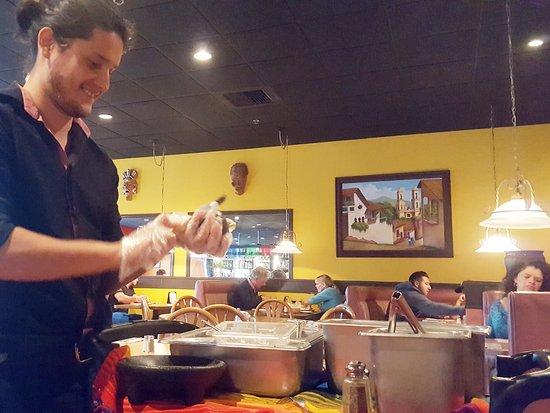 Newbury Park, CA: Restaurant Patron: Vorbereitung am Tisch: Guacamole Dip