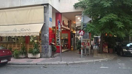 Art Hotel: petit restaurant juste en face