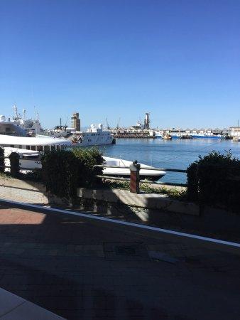 Draußen. Blick nach links zu den Booten. Schön im Schatten bei Hitze.