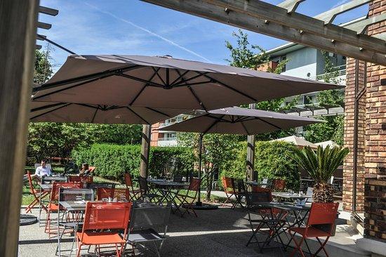 terrasse ombrager en été - Picture of Le Transat, Maurepas - TripAdvisor