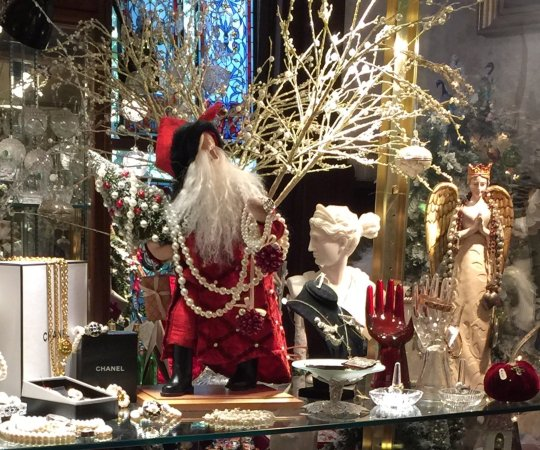 Gonzales, Τέξας: A snapshot from our almost magical antique and Christmas shop.  Overnight shopping sleepovers!