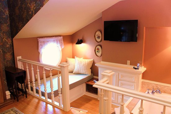The Foxglove Inn: Double Whirlpool Tub And Cozy Reading Nook In The  Forget Me