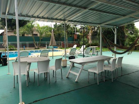 Iguassu Flower Garden: Área de parrilla y piscina