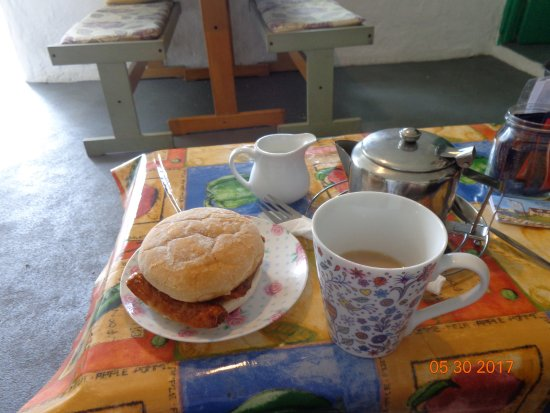 Annalong, UK: Sausage baps with steaming tea that were perfection.