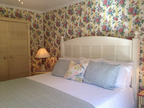 Fibber MaGee's Riverfront Inn: Nice;ly decorated bedroom with comfy king size bed.