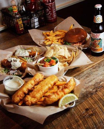 โซลานาบีช, แคลิฟอร์เนีย: Salmon Burger, Spicy Salmon Poke, Battered Cod Tacos, Fish & Chips.