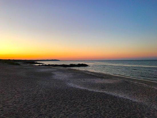 Saeby, Dinamarca: Smuk solnedgang set fra Sæby strand lige nedenfor Sæby Strand Cafe.