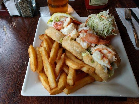 Liam Maguire's Irish Pub : Warm Butter Lobster roll