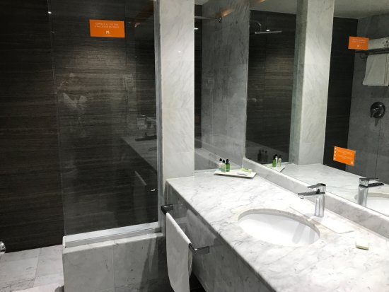 Real Inn Tijuana: Sink and shower