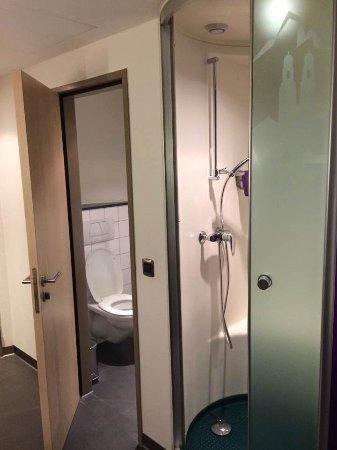 Rumlang, Switzerland: separate toilet and bath