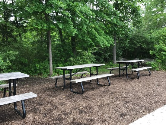 Gettysburg Museum and Visitor Center : picnic tables at head of the parking lot