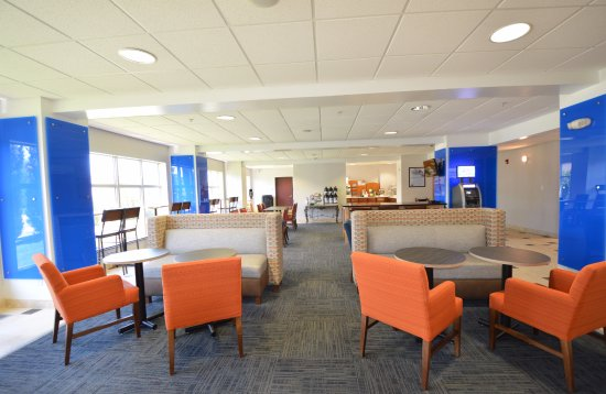 Holiday Inn Express Toledo-Oregon: Breakfast area with added soft seating area