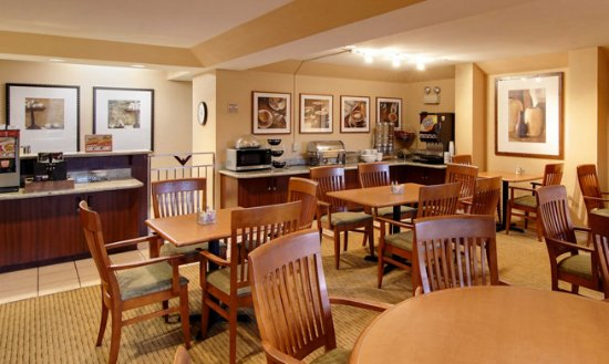 Phoenix Inn Suites Salem: Breakfast is served to our guests, complimentary, each morning