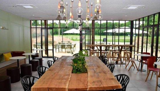 Très joli deco pour ce nouveau restaurant dans les bois de l\'épau ...
