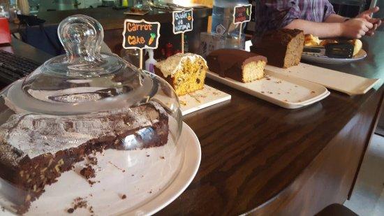 Libros del Pasaje Bar: tortas y budines, como el de naranja hecho con harina de almendra. tremendos!