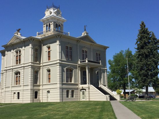 Dayton, WA: Attractive courthouse nearby the museum.