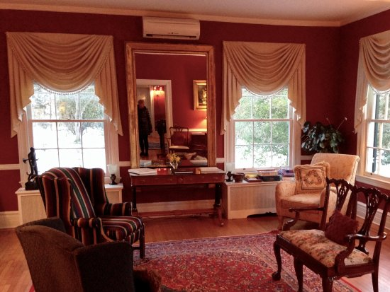 Berryville, VA: Sitting room off grand foyer