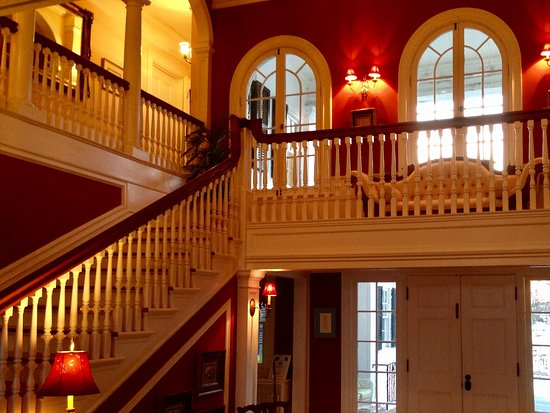 Berryville, VA: Entrance and grand foyer