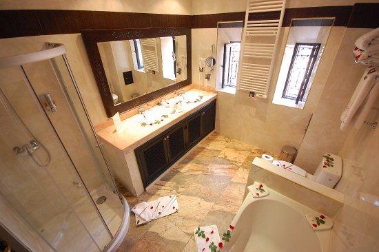 Les Borjs de la Kasbah: One of our bathrooms.