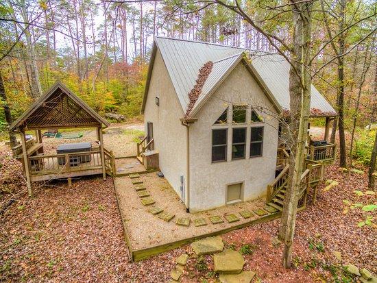 นิวพลีมัท, โอไฮโอ: Whispering Pines Cabin and Hot Tub. Provides a King Size Bed with Two Bedrooms.