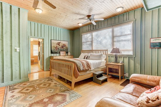 นิวพลีมัท, โอไฮโอ: Boat House Bedroom w/ King Size Bed and Flat Screen TV.