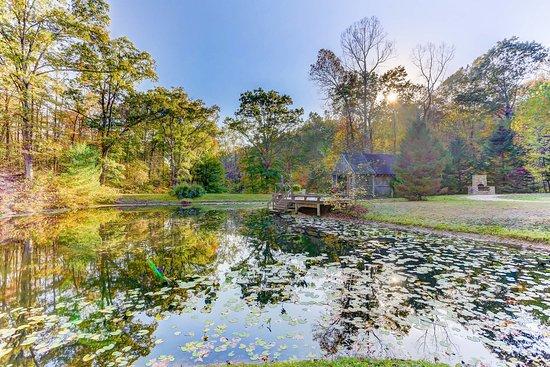 นิวพลีมัท, โอไฮโอ: Central Pond for All Guests w/ Catch and Release Fishing.