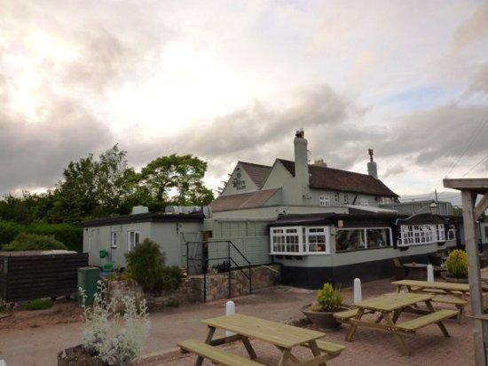Newnham, UK: The White Hart Inn's outside seating area.