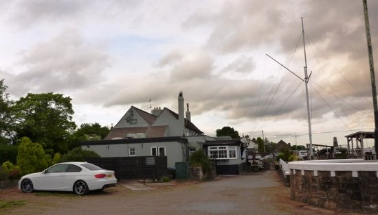 Newnham, UK: The White Hart Inn's car park.