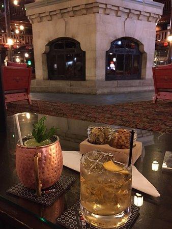 Fairmont Le Chateau Montebello: Cocktails in lobby