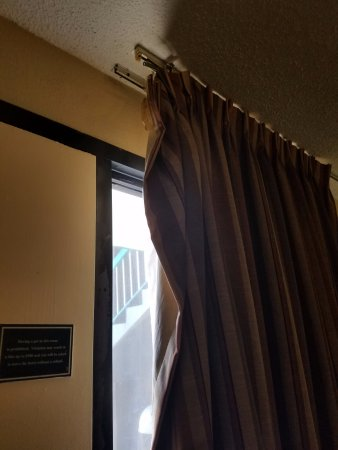 Quality Inn Wilmington: Broken curtain rod