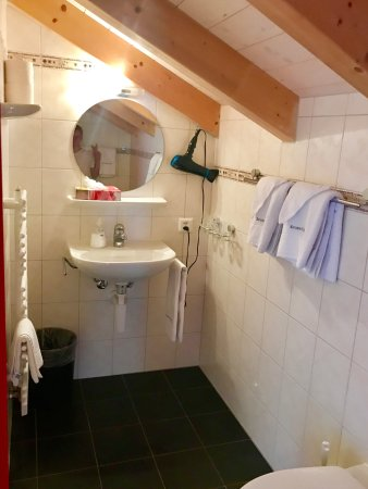 Esther's Guesthouse: Bath - Room107