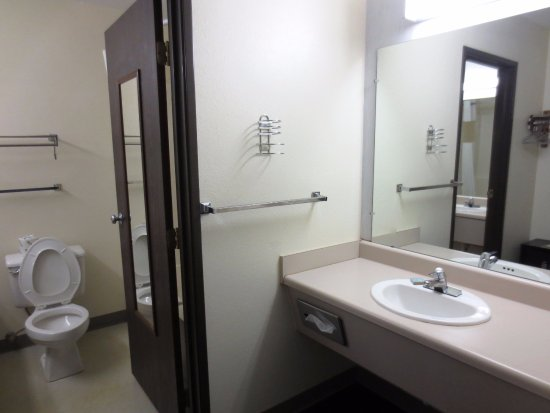 Concordia, MO: Suite Bathroom