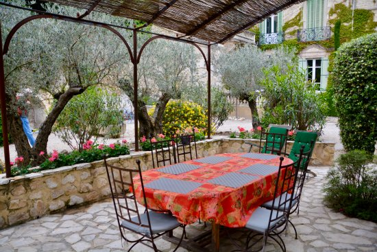 Noves, France: our outdoor dining