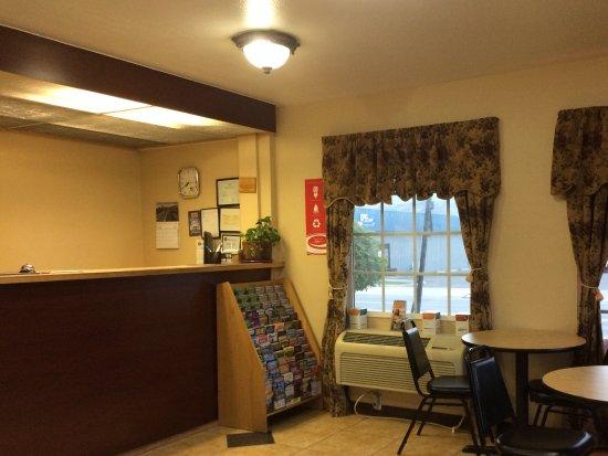 Rodeway Inn: Hotel lobby and breakfast area.