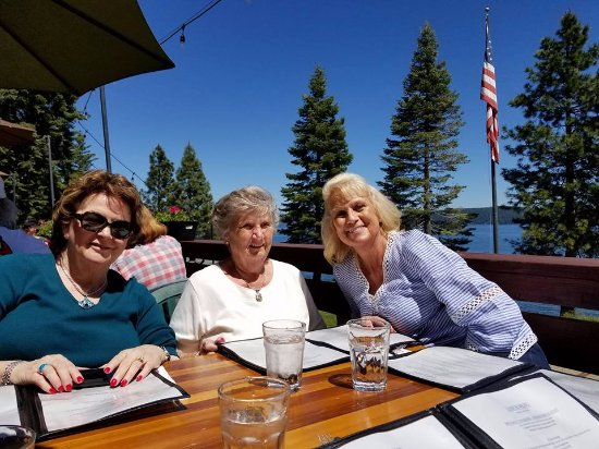 Chester, CA: Nice lunch on the deck.