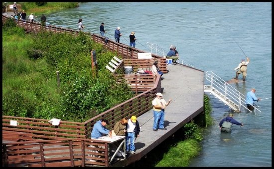 Aspen Hotel Soldotna: Fishing from behind the hotel!