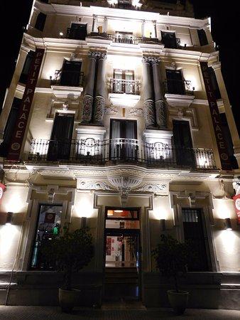 Petit Palace Canalejas Sevilla: Frente do hotel à noite