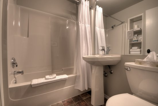 Sandy Beach Lodge & Resort: Lodge Bed & Breakfast Bathroom