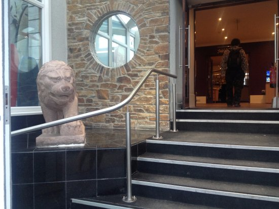 The Esplanade Hotel: Entrance with Chinese lion statues