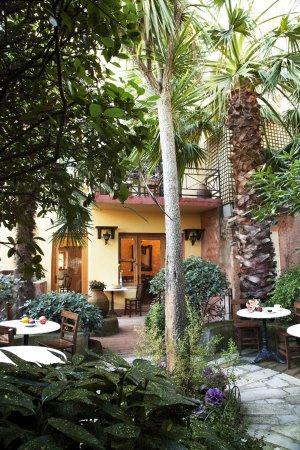 Hotel Empress Zoe: Garden
