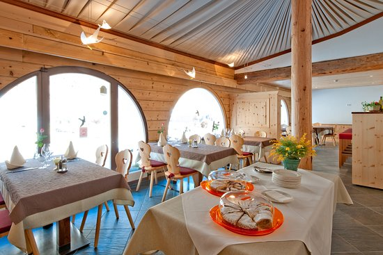 Sils im Engadin, Switzerland: Im Restaurant , hausgemachte Kuchen