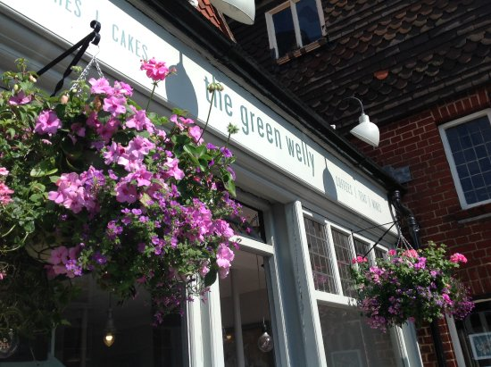 Ditchling, UK: Summer baskets ... Pretty in pink!