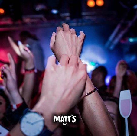Matt's Bar: Hands up it's the best party every night in Matt's Albufeira