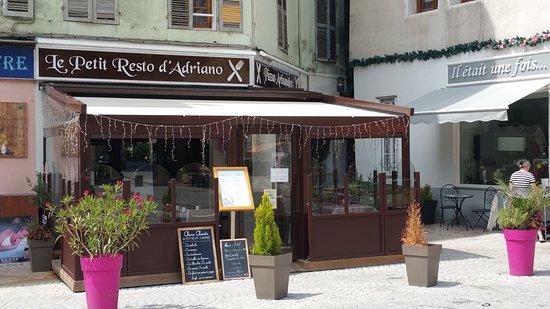 Moutiers, فرنسا: le petie resto d Adriano avec sa terrasse sur la place du marché