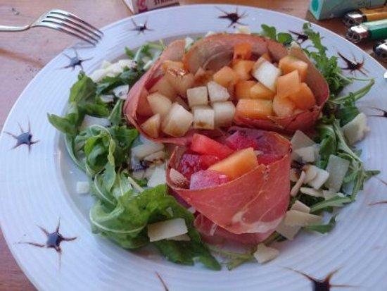 Eggenfelden, Niemcy: Sommergericht mit Obst  und Parmaschinken