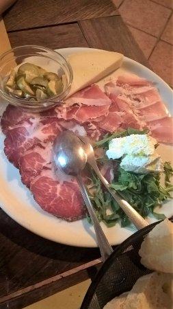 Galeata, Italia: tagliere romagnolo con affettati misti formaggi misti e cetrioli sottolio. la ricotta è speciale