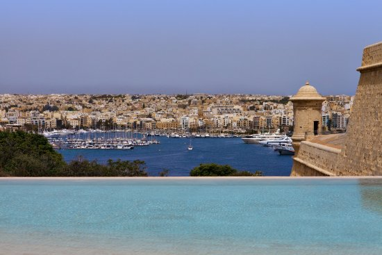 The Phoenicia Malta: Infinity pool with harbour view