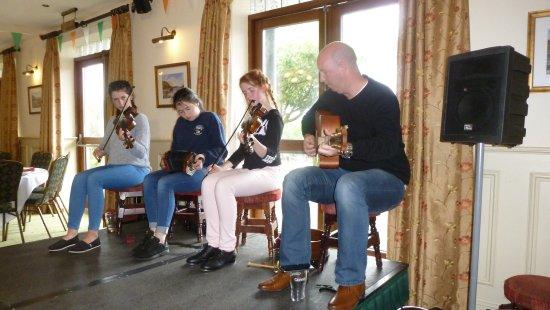 Maam Cross, Irlandia: Musiciens dans la salle à manger